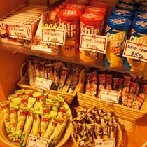 売店ではスナック菓子を販売