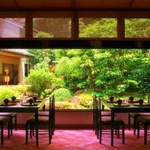 中庭と食事処