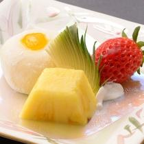 ご夕食の一例(甘味・みかんクリーム大福とフルーツ盛合せ)