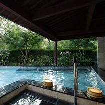 夏の露天風呂は美しい緑の中でお楽しみ頂けます
