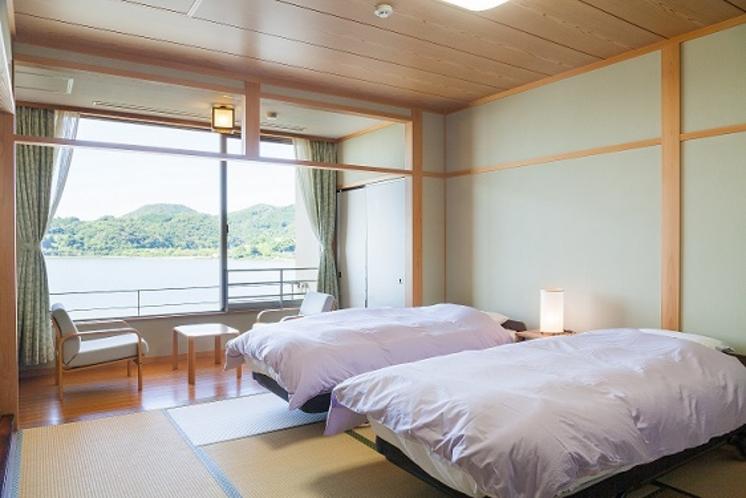 湖一望の和室にベッド2台