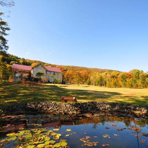 秋、水蓮の池から見たホテル