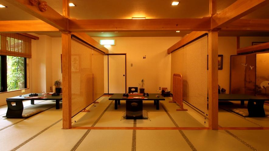 【食事処】お部屋ごとに簾で仕切り、周りを気にせずお食事の時間を過ごしていただけます。