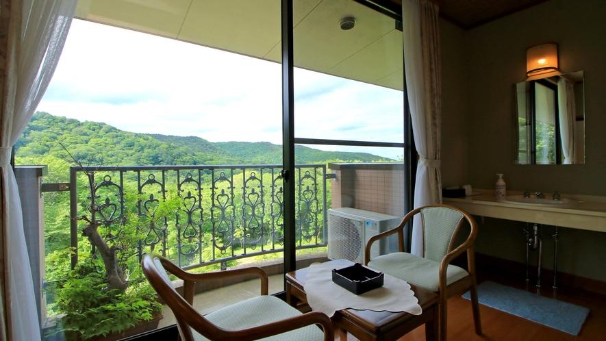 【お部屋一例】自然豊かな山あいならではの静かな時間を、ゆったりとお過ごしください。