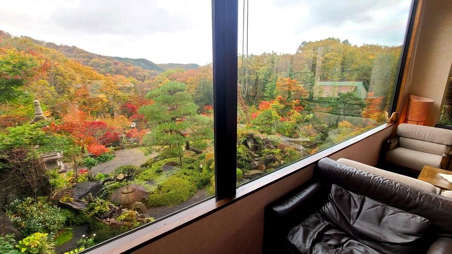 【館内ロビー】色とりどりの紅葉を眺めながら、ほっと一息。
