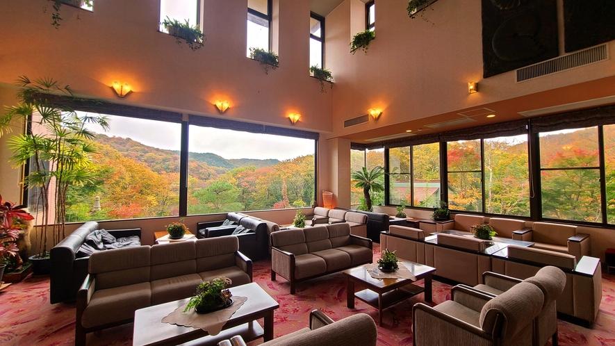 【館内ロビー】雄大な山々の景色を望むロビー。旅の疲れを癒して下さいませ。