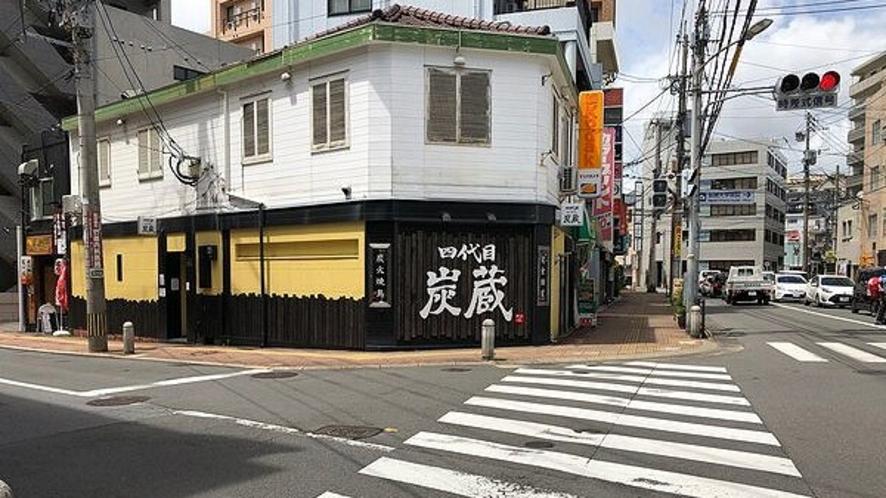 信号機前『焼鳥居酒屋 四代目 炭蔵』店を左折、6軒先が当ホテルです。
