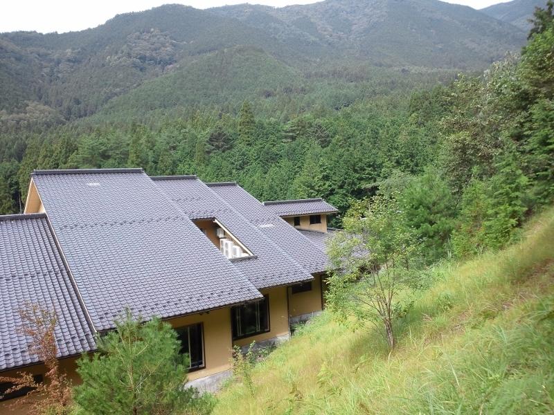 当館の裏山から見る新館
