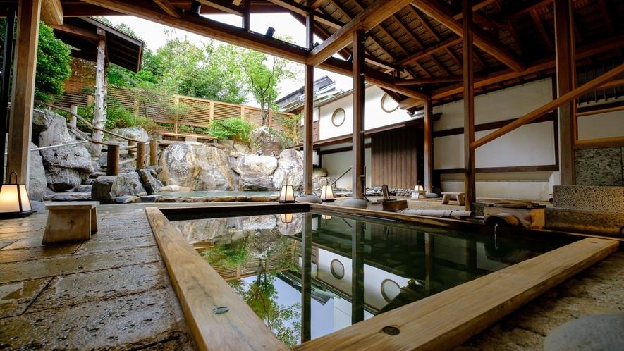【滝の湯】露天風呂≪いにしへの湯≫かがみの滝湯に隣接する屋根付きの露天風呂