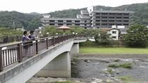 【外観】かじか橋から当館を眺めて