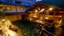 【滝の湯】かがみの滝湯/いにしへの湯(夜):惜しみなくなく溢れる贅沢な掛け流しをお楽しみ下さい。