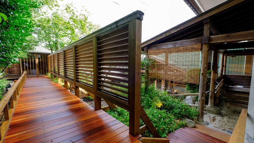 【滝の湯】湯楽里回廊:露天風呂を取り囲むように回廊が続いています。