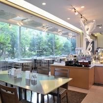 窓から差し込み日差しが心地よい「レストラン プラシャンテ」(LB)