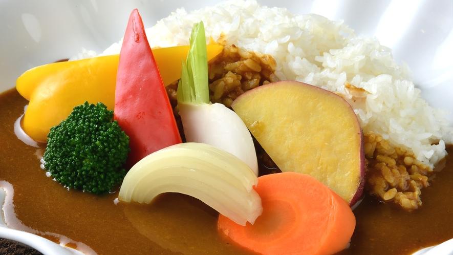 【朝食】朝カレーで1日のパワーチャージ!温野菜をトッピングに。