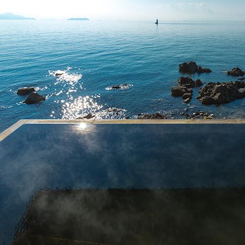 【天海の湯】瀬戸内海を目の前に感じる露天風呂は多くのお客様にお喜びいただいております。