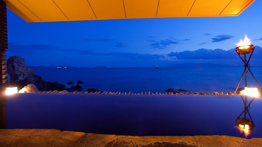 【岩海の湯】夕暮れ過ぎには瀬戸内海が美しい群青色に染まります。