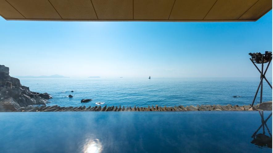 【岩海の湯】自然の岩壁を利用したダイナミックな内湯と海に向かうオープンエアな露天風呂です。