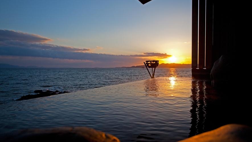 【天海の湯】西の空があかね色に染まる夕暮れの美しい露天風呂の景色。