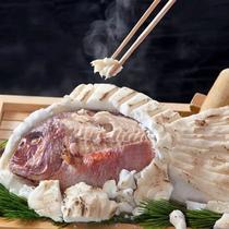 【鯛の塩釜焼】赤穂の塩で包みじっくり蒸し焼きにした鯛は遠赤外線効果でふっくら美味♪