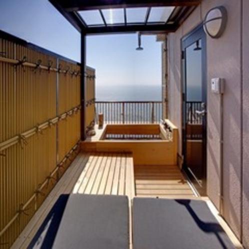 701号室露天風呂 デイベッドから見る露天風呂