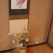 お部屋の神棚には、季節のお花を生けております♪