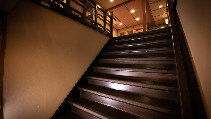 日本家屋ならではの温もりを一歩一歩噛み締めて登る階段