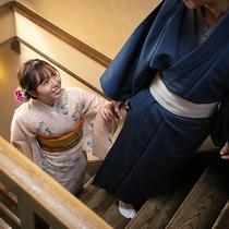昔ながらの階段、板を踏むその感触から伝わる歴史に思いを馳せる