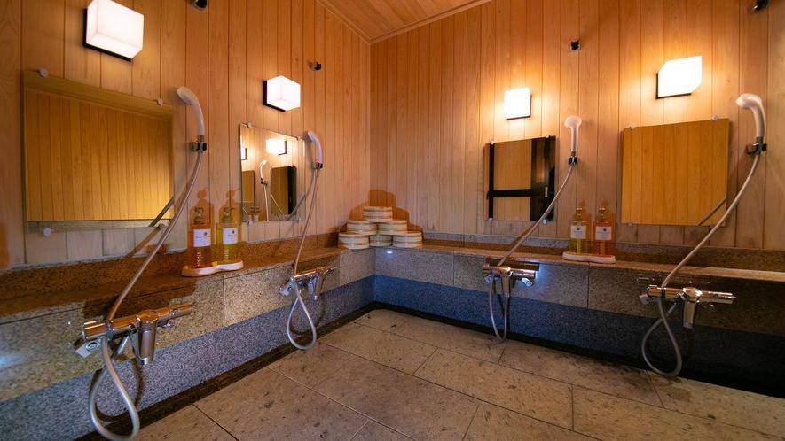 内風呂の洗い場にはリンスインシャンプーとボディーソープを備えております。