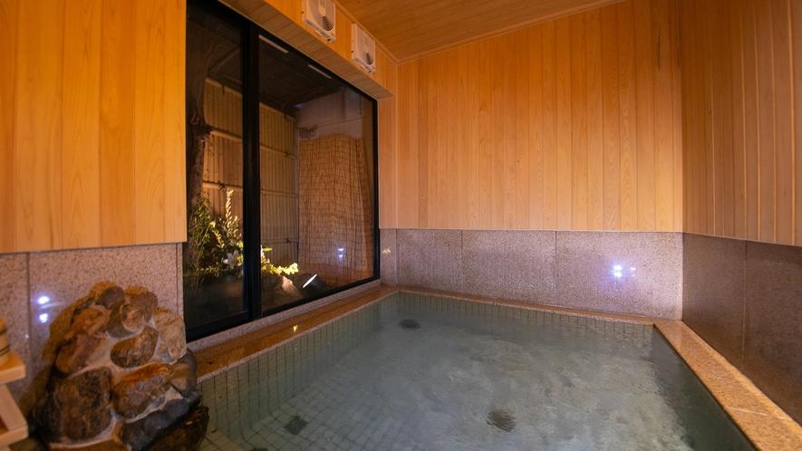 木のぬくもりを感じる浴室の壁は檜で出来ており、小さな坪庭には季節のお花を生けさせていただいております