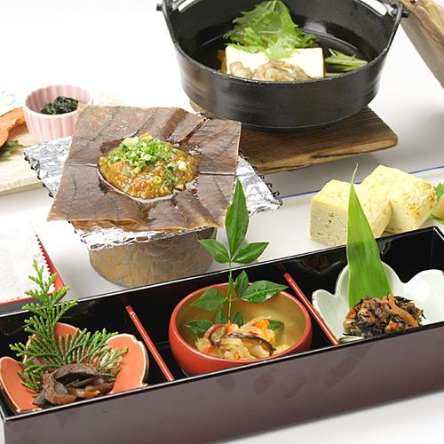 *朝食一例/目の前で湯気を感じる湯豆腐など体にやさしいお料理を