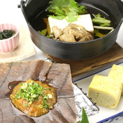 *朝食一例/アッツアッツの朴葉味噌をご飯に載せて♪
