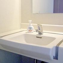 *【客室一例】きちんと清掃された洗面所。