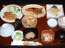 地元の野菜を使った、ある秋の日の飯山館の手作り夕食。主特製「けんちん汁」はお客様から好評です。