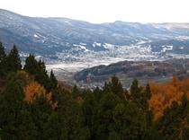 紅葉の山 雪 まち