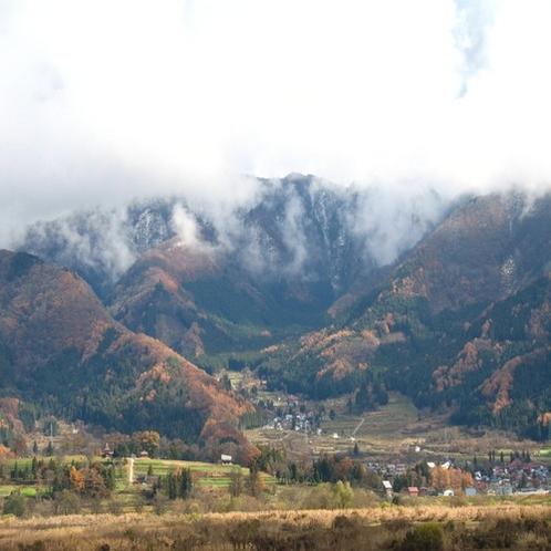 紅葉の山 雲
