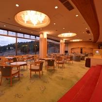 *ロビーラウンジ/大きな窓からは秋吉台の絶景をご覧いただけます。美味しい珈琲と一緒にお寛ぎ下さい。