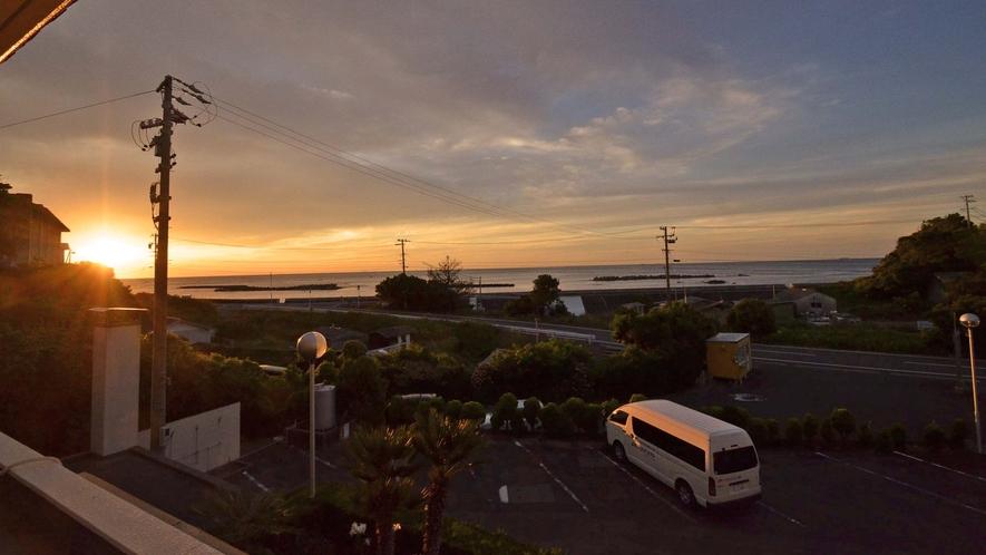 *【窓からの眺め 朝】オーシャンビューの窓からは、登り行く朝日も楽しめます。