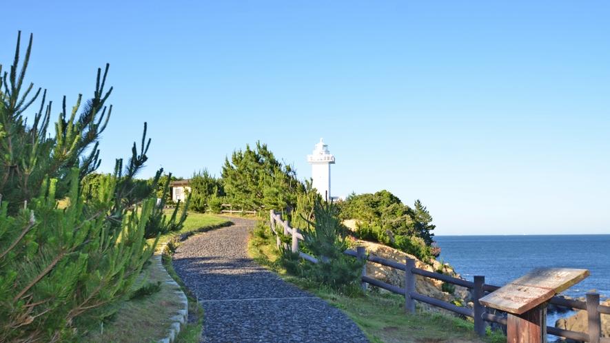 *安乗灯台。英虞湾の最先端にあり、太平洋が地平線まで臨めます。遊歩道も完備。