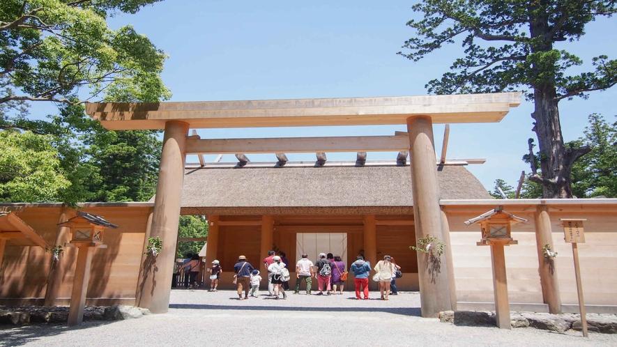 【外宮】高倉山麓の広大な神苑には杉の大木があり、参道には鶏も群れ遊んでいます。当館より車で17分