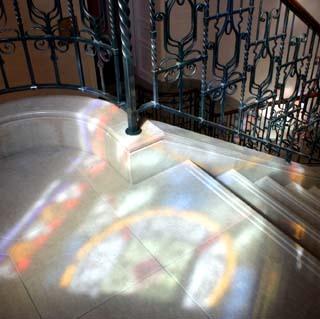 ★窓から差し込むステンドグラスの明かり