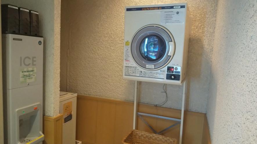 ●共用コインランドリー1台(1Fロビー奥) 洗濯機200円/回・乾燥機100円/30分
