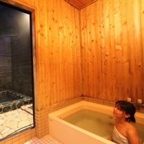 離れの室内風呂_女性01