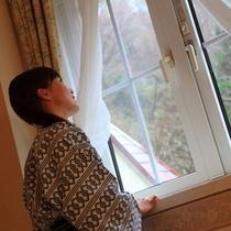 部屋から外を眺める女性01(浴衣)
