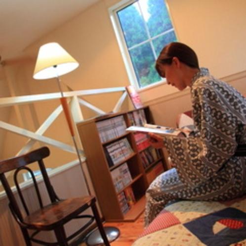 屋根裏で読書する女性