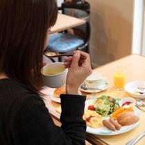 食事をする女性02