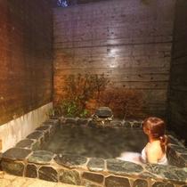 露天風呂と女性02