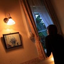 部屋から外を眺める女性03(洋服)