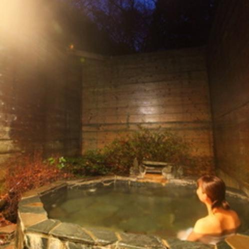 露天風呂と夜景と女性
