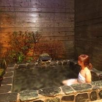 露天風呂と女性01