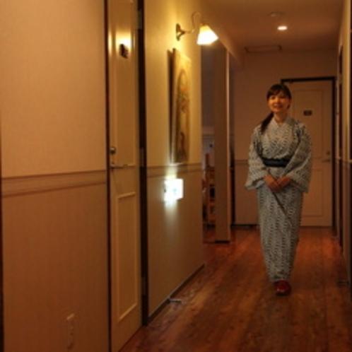 廊下と女性